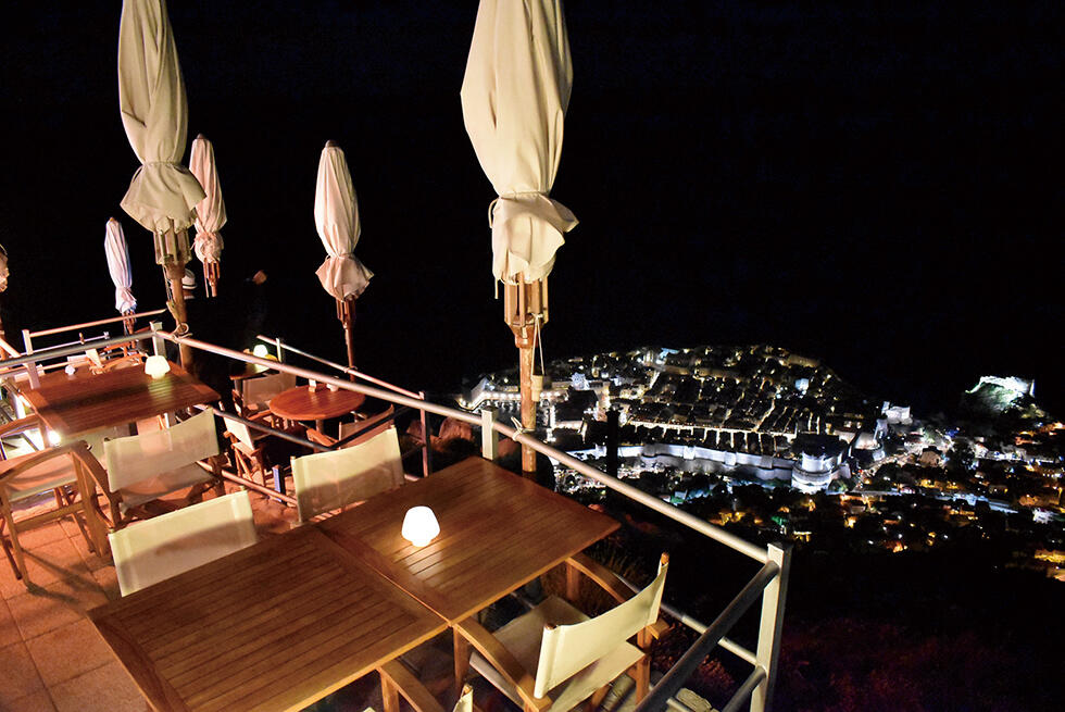 スルジ山上にはカフェレストランがある。夜になると、旧市街の明かりが漆黒の中に浮かび上がり、真珠のように輝く