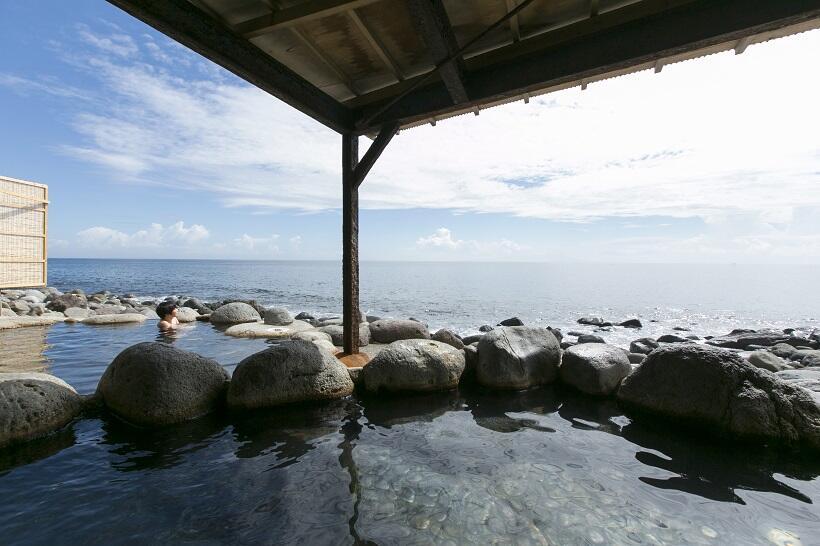 宿の前にある黒根岩風呂