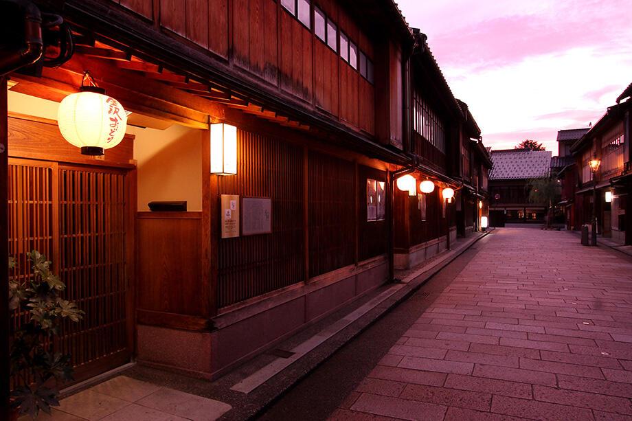 夕暮れのひがし茶屋街は、艶っぽい雰囲気に包まれる