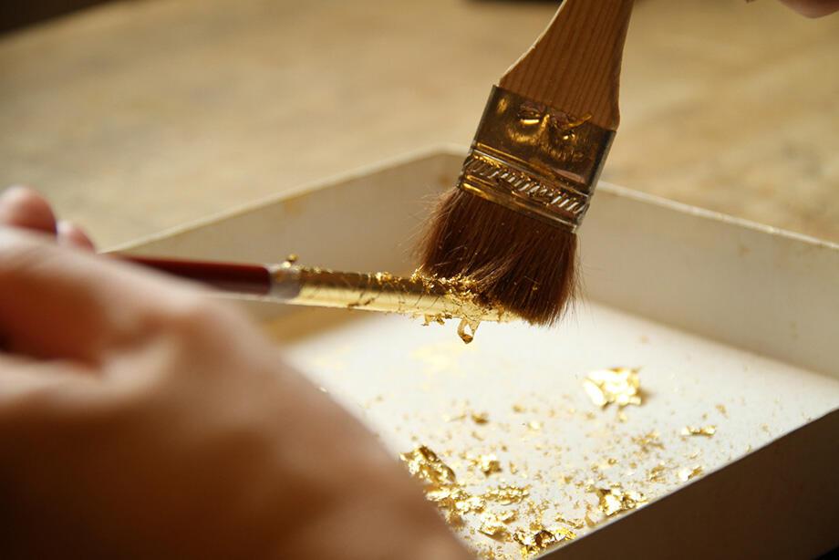 金銀箔工芸さくだで箸の金箔貼り体験