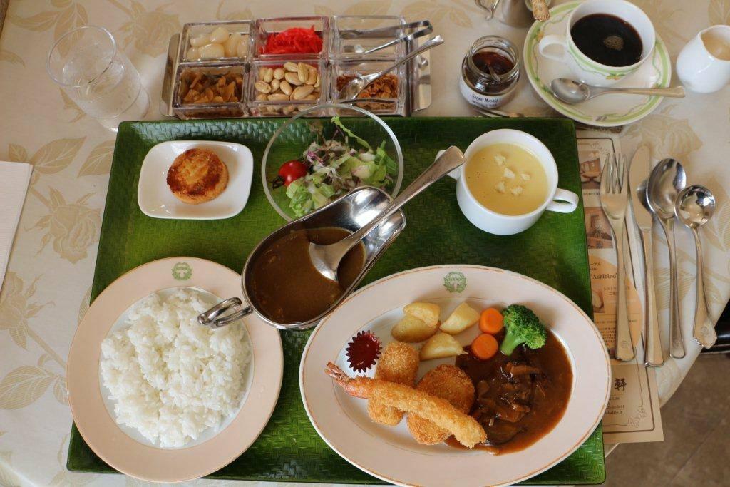 老舗の洋食店・五島軒で人気ランチのひとつ「明治の洋食&カレーライス」