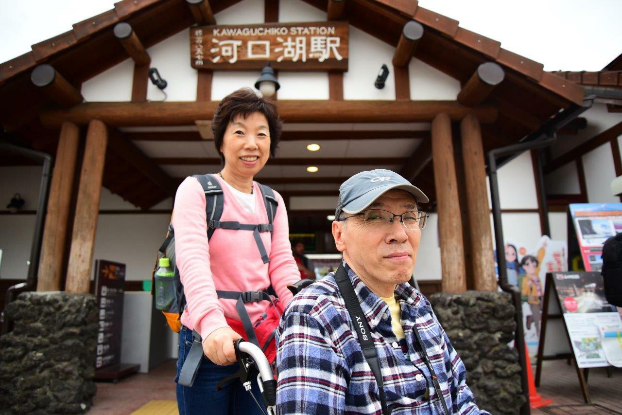 列車を乗り継ぎ、車窓に富士山を眺めながら河口湖駅に到着