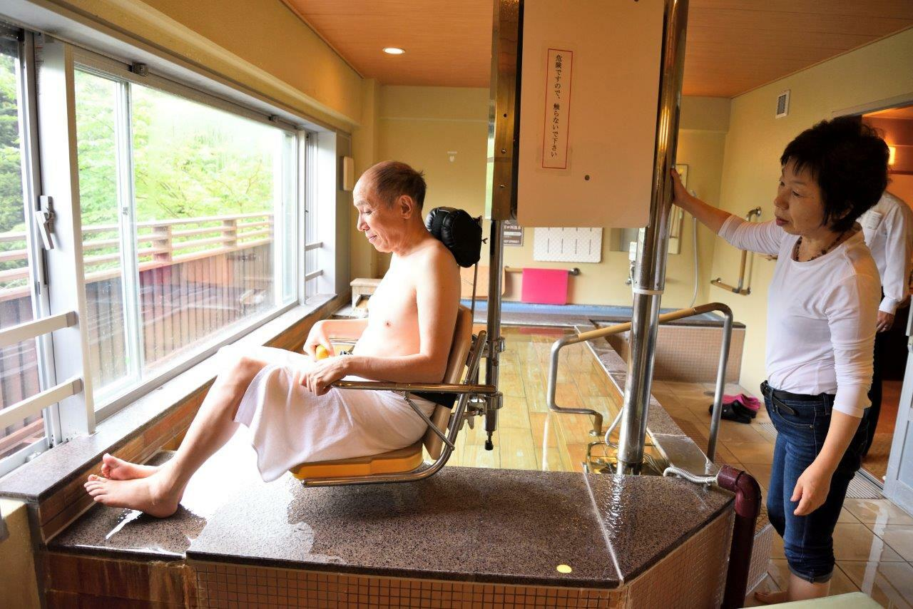 貸切風呂ではリフトに座り、奥さんの操作で湯船へ移動