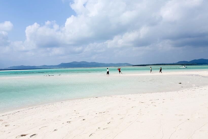 約7キロにわたり真っ白な砂浜が続くハテの浜