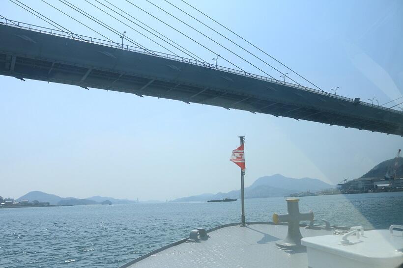 生口橋をくぐる船首からの眺め