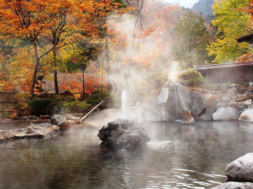 北アルプス山麓の秘湯は紅葉一色