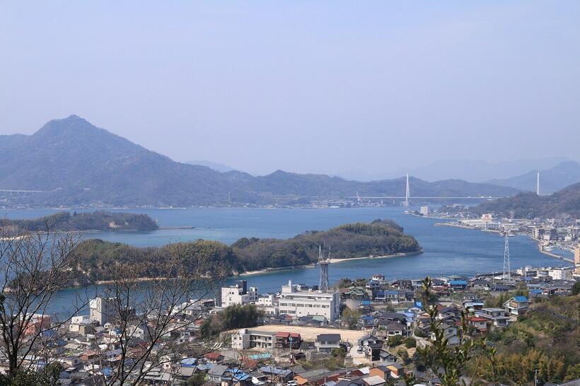 因島公園第二公園からの景観。右奥に見えるのが生口橋
