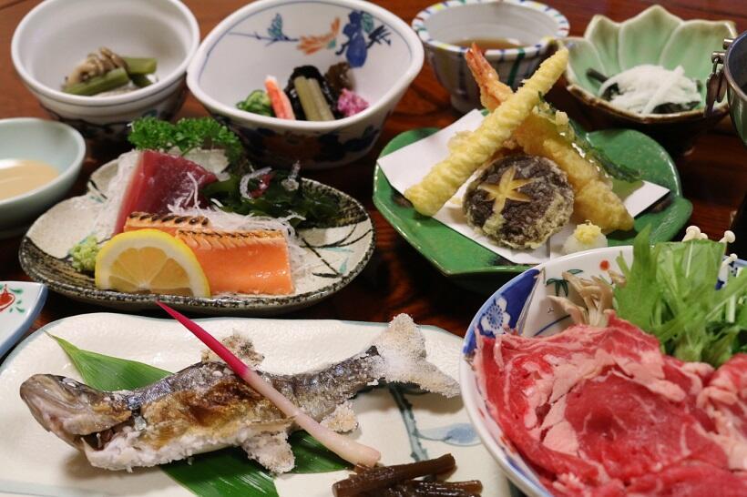 山の宿らしい品々が並ぶ夕食の一例