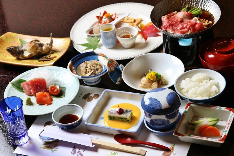 夕食には六合地区の高原野菜、アユ、上州牛など地元の食材を厳選
