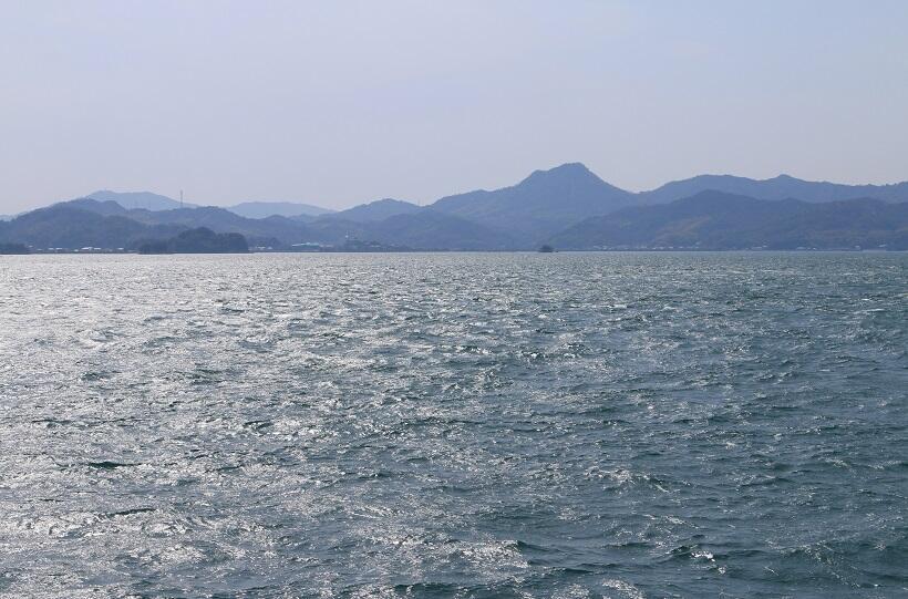 船上から眺める島々の山並み