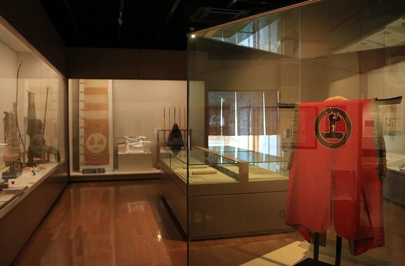 〝日本最大の海賊〟と称された村上武吉が着たと伝わる陣羽織は必見だ(今治市村上水軍博物館)