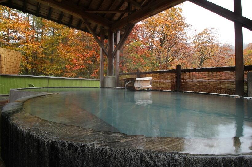 源泉2種をかけ流す湯宿で紅葉と硫黄の香りに包まれて(2)