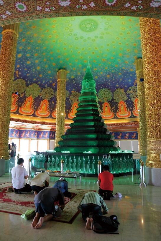 ワット・パークナム寺院で靴を脱ぎ、階段を上ってたどり着くのは、色鮮やかで神秘的な仏塔
