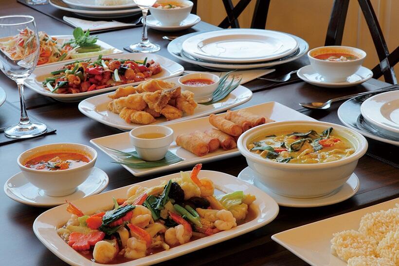 レストラン「スパトラ・リバーハウス」での食事。地元でとれるエビを使った炒(いた)め物、春巻きなどが並ぶ。伝統料理だが日本人にも馴染(なじ)みやすい味付け。辛さは調整ができる