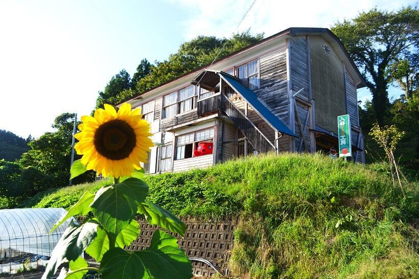 南三陸町の山間部にあるYES工房は、廃校になった中学校の建物を活用している