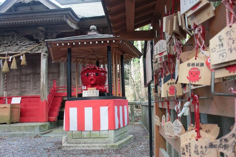 入谷八幡神社に鎮座する巨大なオクトパス君のブロンズ像。オクトパス君の絵馬(絵ダコ)もズラリ