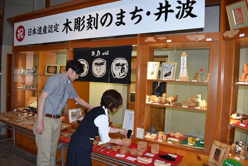 井波彫刻総合会館では、木彫りの歴史や様々な木彫り作品などが展示されている。入り口ではグッズも販売している
