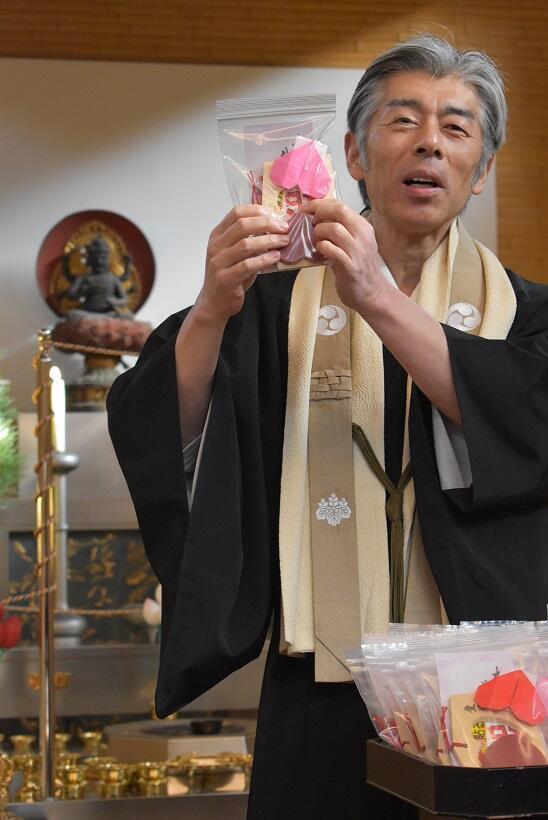 「赤いハート」の絵馬について解説する竹内秀岳住職