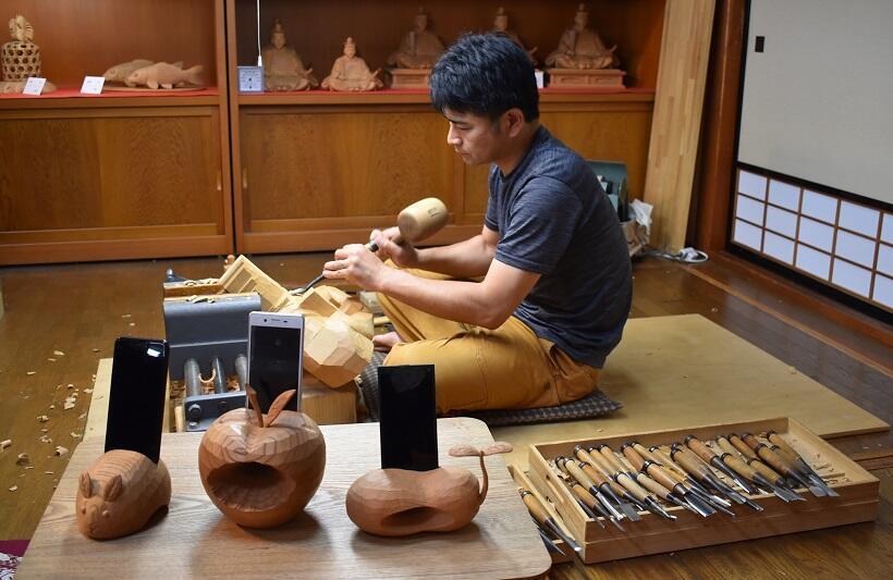 木彫りのスピーカーでスマホに「和」の響き。「道の駅井波 いなみ木彫りの里創遊館」で