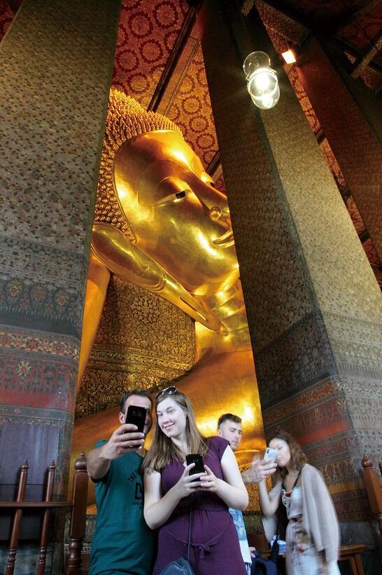 柱の向こうに横たわるワット・ポーの涅槃像