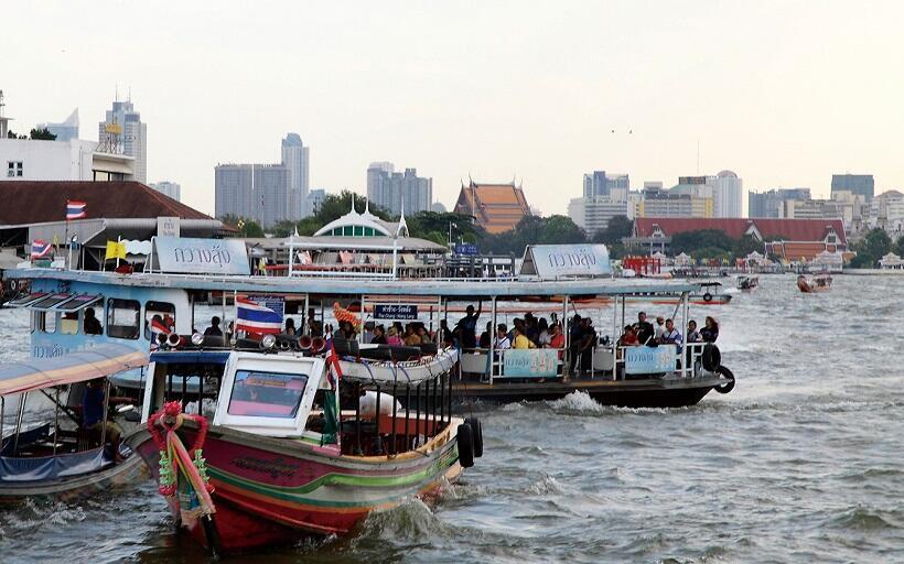 水上タクシーなどの船が無数に走る川は、観光客や地元の人の重要な交通ルートの一つ