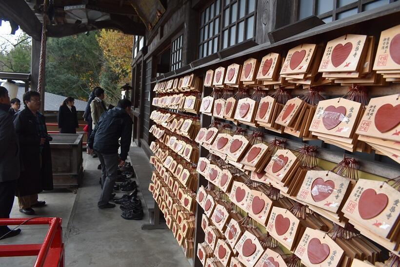 愛染寺に並ぶ「赤いハート」の絵馬
