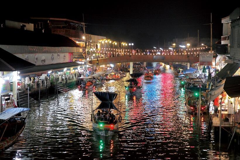 夜のアンパワー水上マーケットでは、運河の両側の店舗や小型船の灯りが、川面に美しく映る