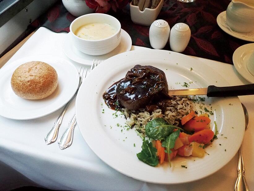 ディナーのメインディッシュ、牛リブステーキ温野菜添え