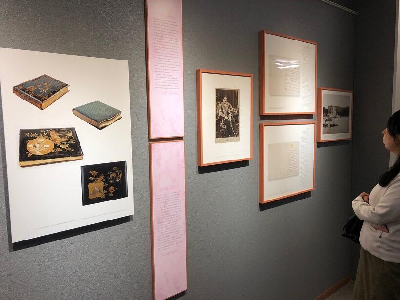 ユルドゥズ宮殿写真コレクションの美しく装丁された写真アルバム、アブデュルハミト2世の写真も展示されている