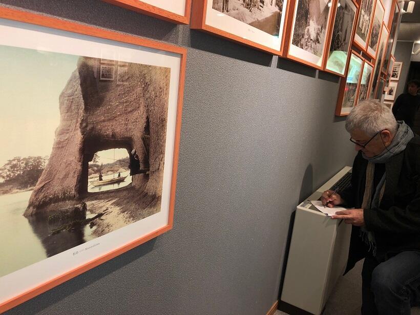 日本三景の一つ松島(宮城県)での1枚の写真では、海岸の岩にポッカリあいた穴の向こうに舟が見える(ユルドゥズ宮殿写真コレクションから)