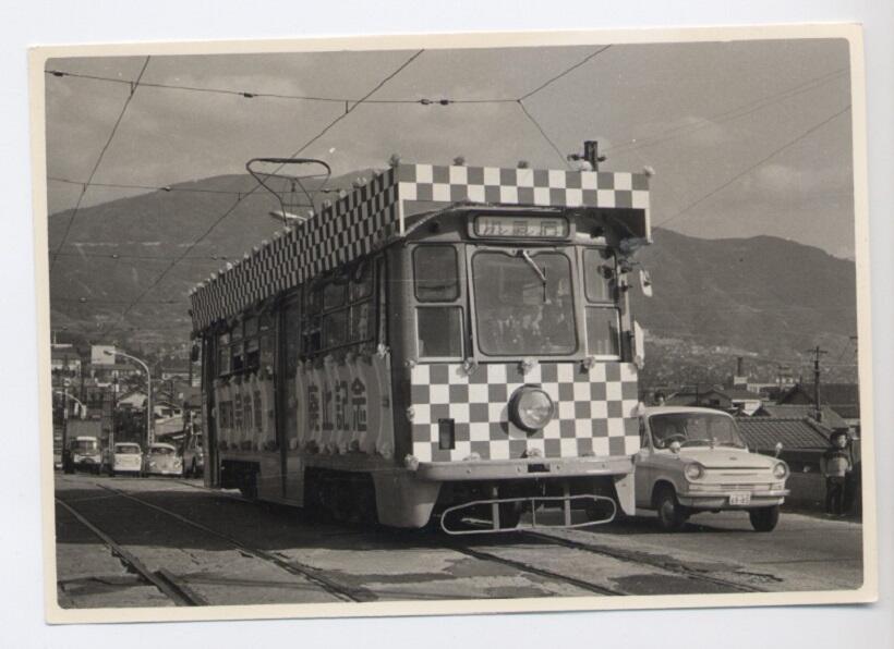 1967年(昭和42年)に呉市電が廃止になった時、特別な飾りつけをして走る電車(写真/中元順一朗さん提供)