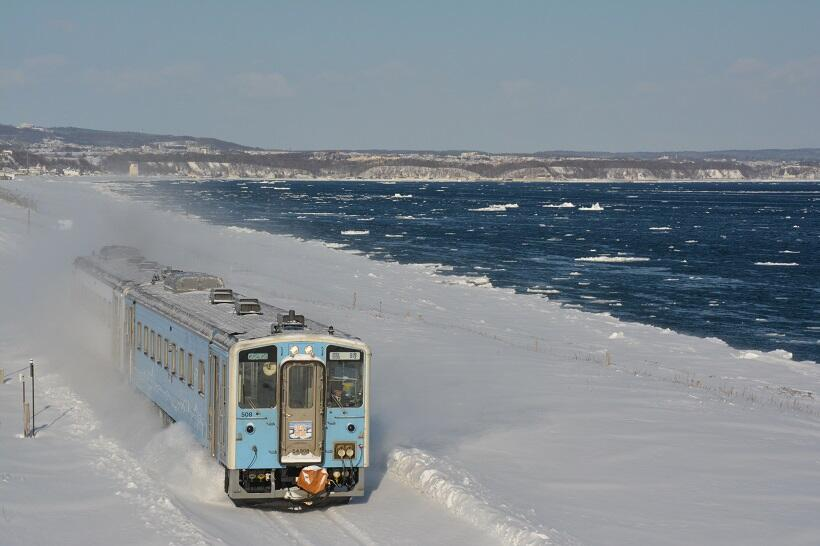 オホーツク海のすぐ近くを走る流氷物語号 ©Hiroyuki Sebata