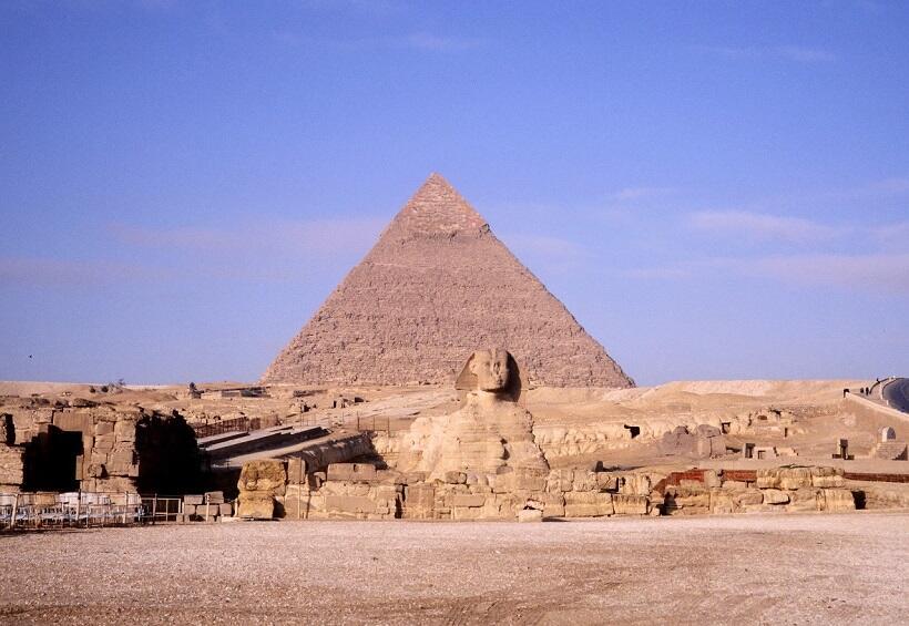カフラー王のピラミッドと守護神スフィンクス