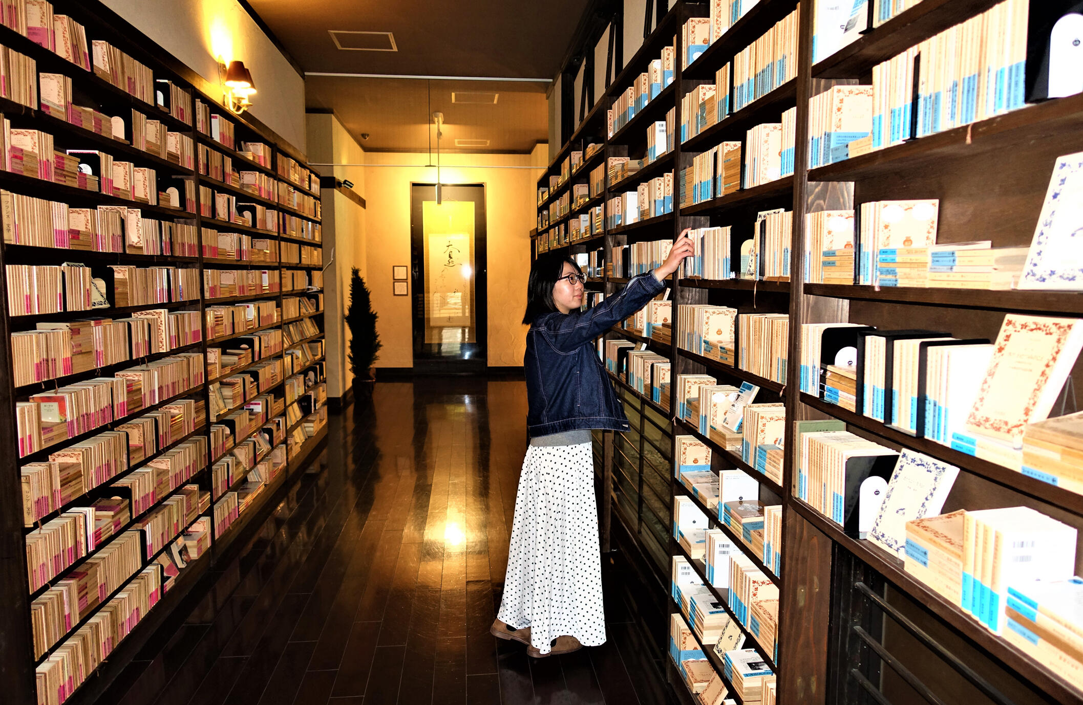 赤帯、青帯の文庫が向かい合わせに並ぶ「岩波の回廊」は、諏訪出身の岩波文庫創設者、岩波茂雄へのオマージュ