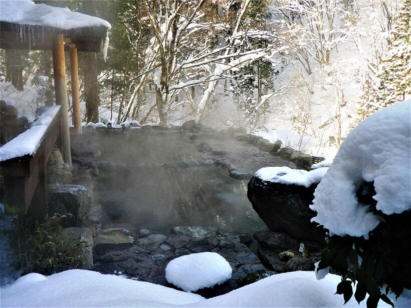 白銀の谷川岳を露天風呂から一望