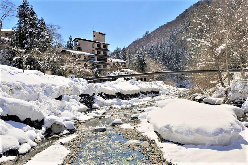 森と清流が織り成す大自然の中に立つ水上山荘。真冬は1日に40㌢以上の雪が積もることも