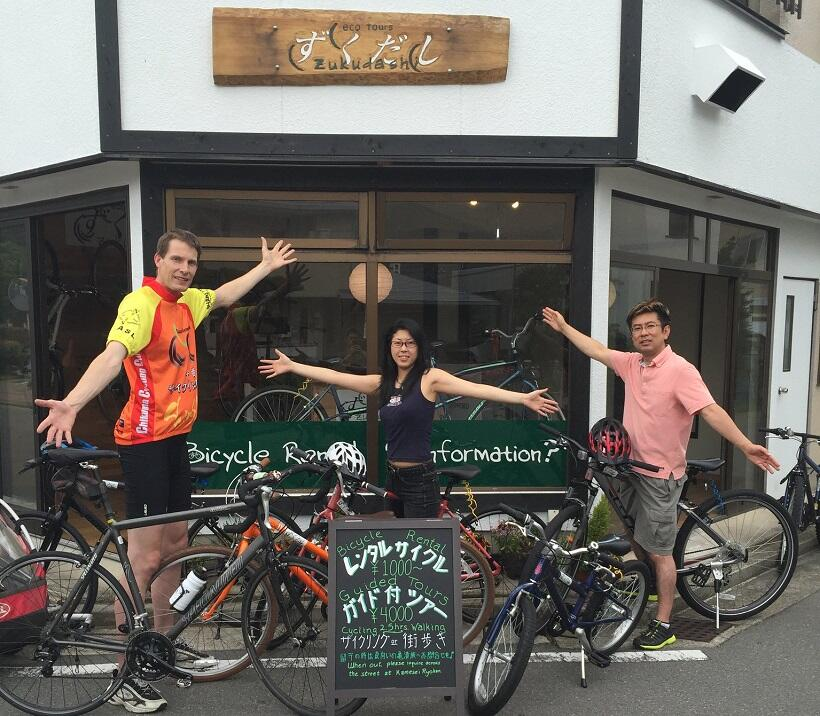 「ずくだしサイクリングツアーに参加してください」と呼びかけるタイラーさん(左)
