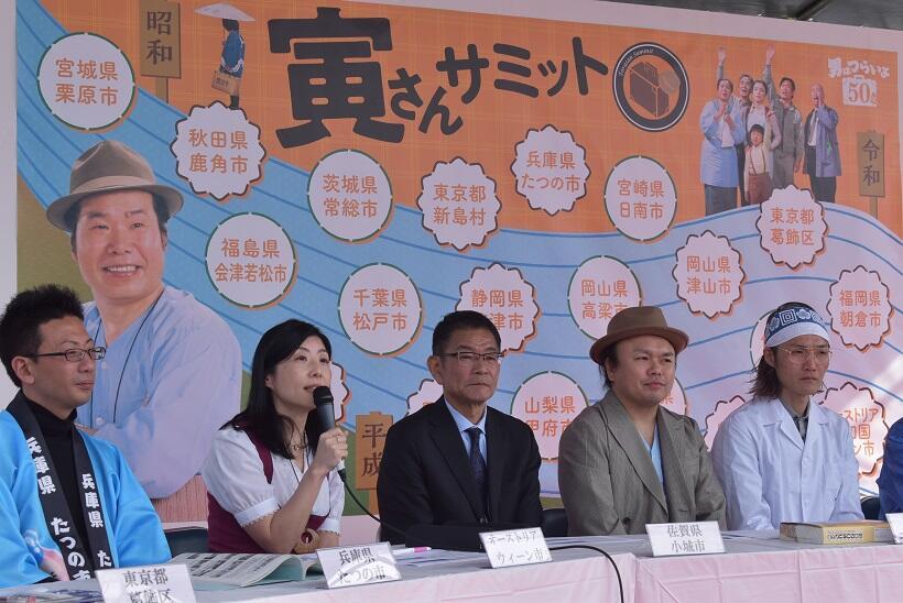 シンポジウムで発言するオーストリア政府観光局マーケティングマネージャーの福田明子さん(左から2人目)