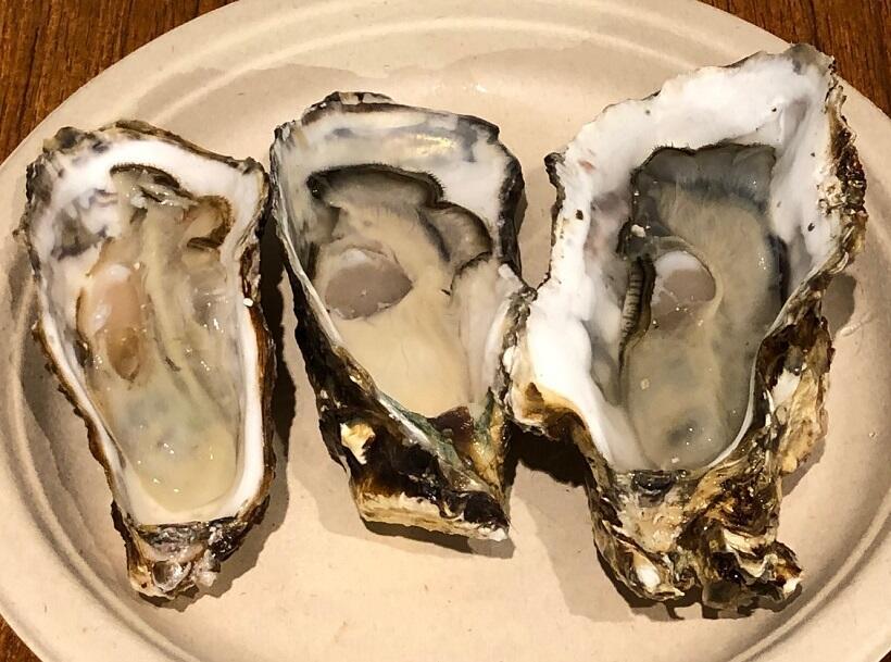 老舗かなわ水産の三種類の牡蠣。左から「先端(SENTAN)」、「大黒神島」「ひろしま」