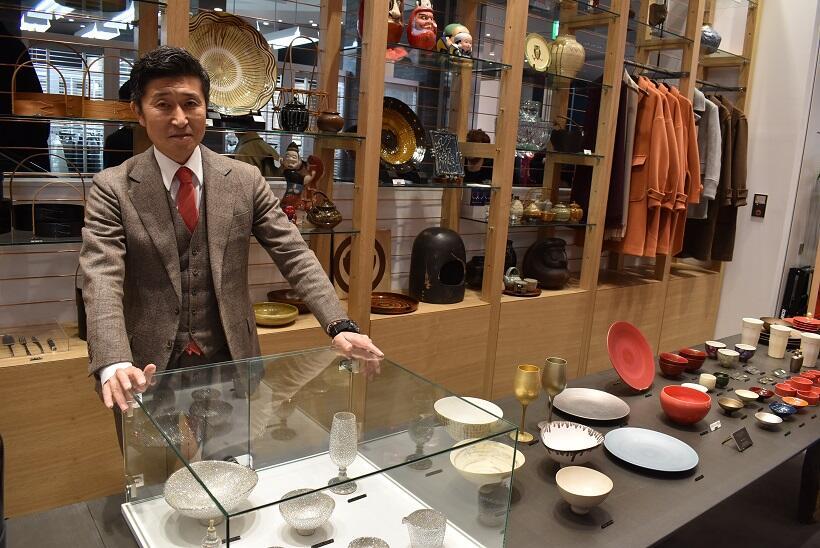 「Discover Japan」統括編集長の高橋俊宏さん。高橋さんの左手の近くにあるのが、陶芸作家・青木良太さんの「神様のシャンパングラス」