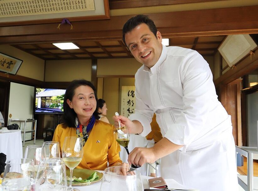ゴチエさん(右)から料理の説明を受ける筆者