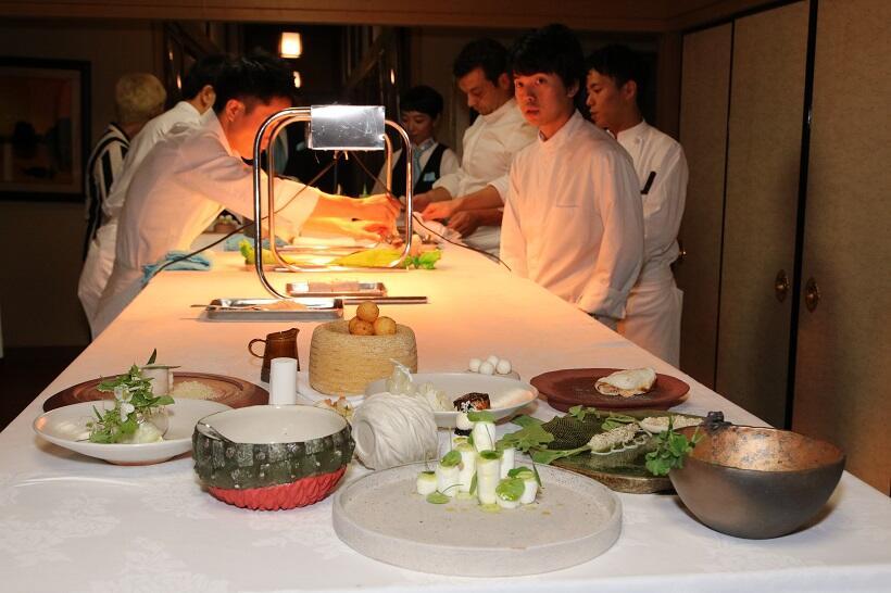 「白」をテーマに、風景の美をイメージした料理が準備されていく