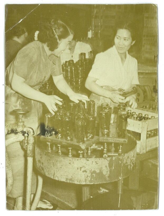 中元本店でのかつてのラムネ製造風景。昭和30年代か同40年代に撮影された写真とみられる(写真提供/中元順一朗さん)