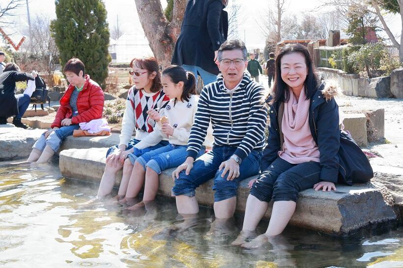 ハーブ園の足湯でくつろぐ参加者たち