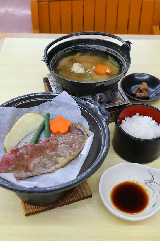 山梨県産コシヒカリのごはんや牛ステーキ、あんこう鍋が並ぶ昼食