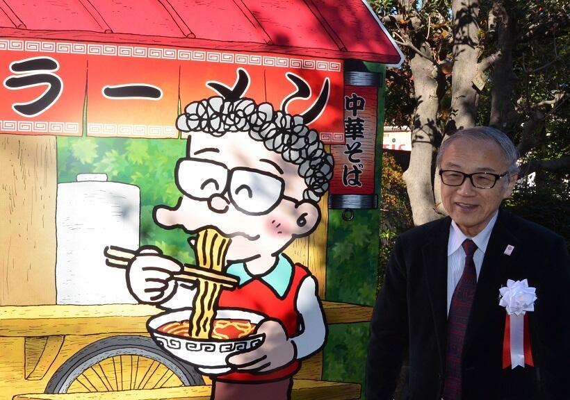 「オバケのQ太郎」に登場する「小池さん」のモデル、鈴木伸一さん描き下ろしの絵のモニュメント〔(c)鈴木伸一〕。2016年12月、鈴木さん(右)らが除幕した