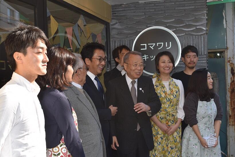 「コマワリキッチン」のオープニングには、高野之夫・豊島区長も駆けつけた(右から4番目)