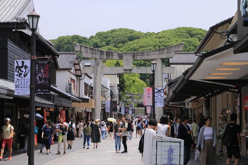 観光客であふれる福岡県太宰府市の大宰府天満宮門前町