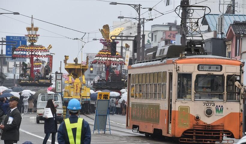 「令和元年」万葉ゆかりの地を彩った朗唱、ラッピング電車、火文字の祭典(2)