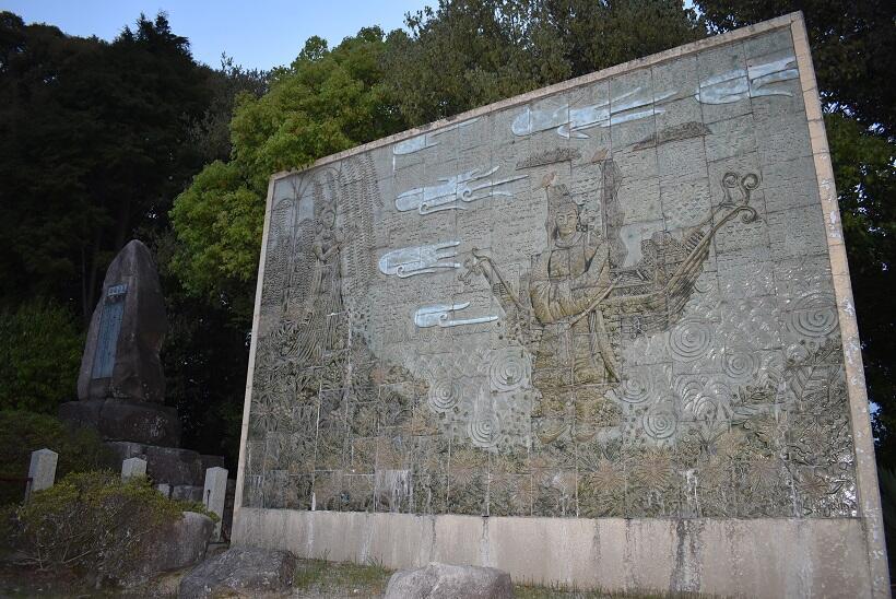 祝詞山八幡神社にある万葉集の時代をテーマにした陶板壁画